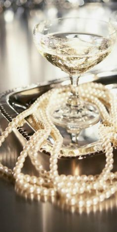 My two favorite things - champagne and pearls Estilo Gatsby, Bling, Pearl And Lace, Foto Art, The Great Gatsby, Luxury Life, Bubbles, Perfume, Classy