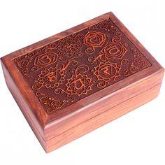 Sehr schönes Tarotkästchen aussen mit geschnitzten geschnitzten Symbolen der 7 Chakren Edle Dekoration (geschnitzten Symbolen der 7 Chakren), innen mit rotem Futter.
