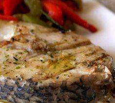 Perca grelhada com molho de alho e azeite aromatizado. Um bom molho, aromático e envolvente, valoriza um simples prato de peixe grelhado. Muita económica esta opção
