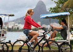 Em ótima forma, Heather Graham aproveitou o tempo bom que fazia no Rio de Janeiro na última quinta-feira, 30, e andou e bicicleta na orla de Ipanema. Ela estava acompanhada de alguns seguranças