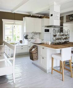 Vanha kansakoulu remontoitiin huolella Open Plan Kitchen, Country Kitchen, New Kitchen, Kitchen Dining, Kitchen Decor, Home Interior, Interior Design Kitchen, Interior Decorating, Beach House Kitchens