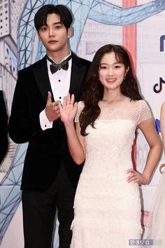 Mbc Drama, Korean Artist, Korean Drama, Red Carpet, Awards, It Cast, Couples, Wedding Dresses, Actors
