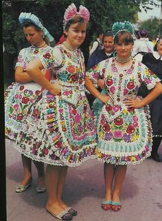 Hungarian Embroidery, Folk Embroidery, Traditional Fashion, Traditional Dresses, European Costumes, Costumes Around The World, Art Populaire, Ethnic Design, Ethnic Dress