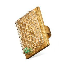 """By Meret Oppenhem. 1984-1986. BAGUE cage en or blanc, or jaune et agate verte. Desinée par Meret Oppenheim pour la collection """"Jewelry by Architects"""" realisée par Cleto Munari, Italie."""