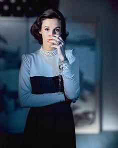 """Светская львица и икона стиля второй половины 40-х Barbara """"Babe"""" Рaley. Фото John Rawlings для Vogue, 1946 год."""