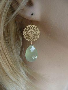 lichtgroene gouden oorbellen met filligrain en Chalcedoon Edelsteen