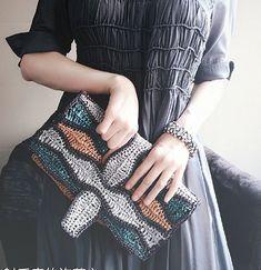 안녕하세요~^ 코코아띠에요 무더위가 꺾인다는 처서무더위로 힘들었던 8월의 찌는 듯했던 더위도 끝...... Crochet Clutch, Crochet Purses, Crochet Flower Tutorial, Crochet Flowers, Eco Friendly Bags, Handmade Bags, Clutch Purse, Crocheted Bags, Fingerless Gloves