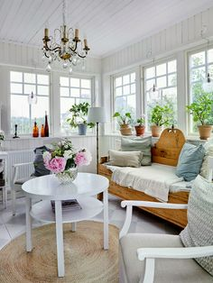 Rustic scandinav cu accente shabby chic într-o casă din Suedia Sofa Colors, Colours, Living Room Designs, Living Room Decor, Living Rooms, White Houses, Shabby Chic, Dining Bench, Wall Decor