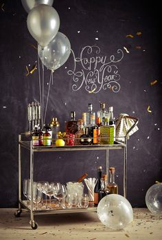 Le bar parfait pour le nouvel an / The perfect New Year's Eve party bar with chalkboard background New Year's Drinks, Drink Cart, Beverage Cart, Bubbly Bar, Sweet Home, Table Bar, Dessert Table, Bar Cart Styling, New Year Celebration