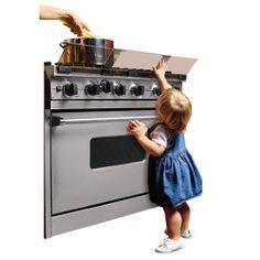 PRIZA te comenta. Con los niños siempre hay que extremar la atención, y en la cocina, especialmente. Curiosos por naturaleza, en ocasiones quieren investigar entre los productos de limpieza o imitar cómo cocinamos, lo que puede resultar muy peligroso si no estamos pendientes de ellos.
