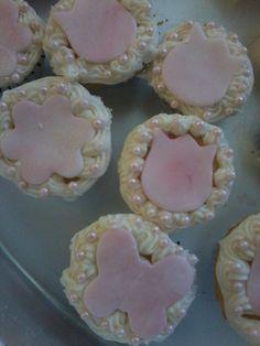 Mini cupcakes, fondant, edible pearls