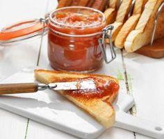 Fransk rabarbermarmelad är ett förstklassigt recept som smakar ljuvligt tack vare en fyllig och fräsch smak av rabarber och smör. Marmeladens styrka ligger även i den perfekta balansen av sötma och syrlighet.