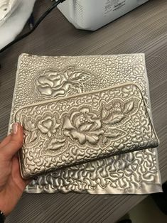 Valentina Bukeeva-Durkina/квилтинг / Quilting Projects, Quilting Designs, Embroidery Stitches, Machine Embroidery, Bazaar Ideas, Handmade Cosmetics, Handmade Handbags, Quilt Stitching, Quilted Bag