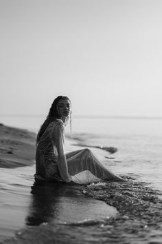 A sunrise beach editorial photoshoot for summer that is sure to inspire you and make you want to hit the beach at sunrise yourself! Beach Photography Poses, Beach Poses, Beach Portraits, Dark Beach, Black And White Beach, Beach Editorial, Water Shoot, Beach Night, Sea Photo