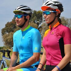 SHORT-SLEEVED CYCLING JERSEY SQUAD 2018 FLUOR BLUE X5 (VERY TIGHT PATTERN) Perfect for the summer, this short-sleeved cycling jersey quickly wicks away perspiration and keeps you nice and dry. A full-length zipper, an elastic waistband with silicone dots and a trim and LYCRA sleeve come together to provide an excellent fit. The jersey contains three open pockets. Since it is highly resistant to chafing, this garment is ideal for every type of cycling, especially mountain biking. (VERY TIGHT…