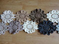 søde hæklede blomster, kunne være skønne til brug i tørklæde :D