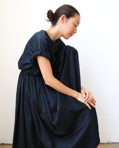 Beautiful Momo from BLACK CRANE come flying to STARDUST nest  on 4/30 and  5/1  黒い鶴という意味を持つ BLACK CRANE しなやかで自由気高い 黒い鶴のイメージは 服をつくるMomo さんそのもの そんな彼女が STARDUSTに 舞い降りてくれます  日本で初のトランクショーをお祝いしてNYから @burr0wのアヤコさんからお菓子がそして京都の  @kamisoe_kyoto かみ添さんからは 美しいカードが 花を添えてくださいます  BLACK CRANE トランクショーは4月30日から5月7日まで 初日トークショーのお席は残りわずかとなりました営業中の時間に お電話にて受け賜わりますどうぞよろしくお願いします by stardust_kana