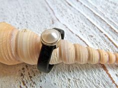 Leather ring with zamak pearl by Charmecharming 13,00 €