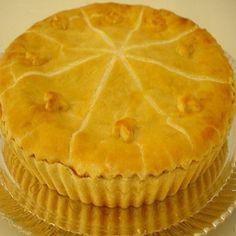 Massa para torta salgada -3 1/2 Xícaras de farinha de trigo 2 Colheres (sopa) maisena 1 Copo de azeite 1 1/2 Colher de sopa de fermento em pó 1 Xícara de queijo ralado Sal a gosto