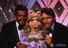 Miss Piggy with George Hamilton and John Ritter, 1982.
