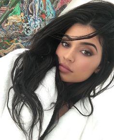 Se você entra na Sephora (principalmente nas gringas, que têm tanta coisa que não vemos por aqui) e vem aquele sentimento possuída-pelo-ritmo-ragatanga-meu-Deus-me-segura, saiba que não está sozinha: a Kylie Jenner também pira nas comprinhas de beauté! kkk Esses dias a caçula das Kardashian compartilhou em seu Snap (kylizzlemynizzl) um momento surto: entrou lá e saiu …