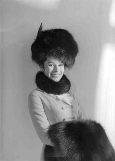 Publicity shot of Geraldine Chaplin as Tonya, wearing black fur hat, & coat with black fur collar. Movie Costumes, Cool Costumes, Dr Zivago, Tom Courtenay, Old Film Stars, Movie Stars, David Lean, Alec Guinness, Julie Christie