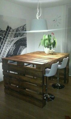 Table haute en palette accompagnée de tabourets de bar modernes http://www.homelisty.com/table-en-palette/