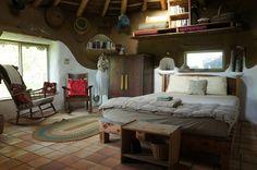 As estruturas da casa é de argila, areia e palha. A casa levou nove meses para ficar pronta.