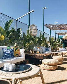 Clube Ferroviário On warm summer nights the rooftop terrace at the 'Railworker Club' heaves with yuppies and trendies, sharing the tattered old train seats that serve as sofas. Deco Restaurant, Terrace Restaurant, Outdoor Restaurant, Rooftop Terrace Design, Rooftop Gardens, Sunken Hot Tub, Patio Lounge Chairs, Lounge Furniture, Outdoor Spaces