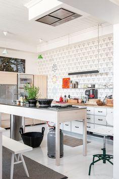 Keittiössä yhdistyvät lämmin kodikkuus ja industrial-tyyli. Vanha, valkoinen laatikosto toimii työtasona, kaapistot ovat Scandinavian Carpenter Collectiven. Kolme atomitaulua on hankittu Inkerille rippilahjaksi, yksi on äidin oma.