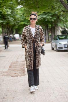 Tragt einen gemusterten Mantel mit simplen Stücken