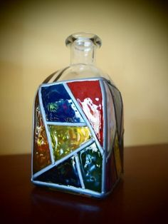 pintura vitral Bottle Painting, Bottle Art, Tile Projects, Fun Projects, Glass Bottles, Perfume Bottles, Sea Glass Art, Wine Bottle Crafts, Wind Chimes