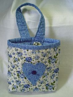 Lixinho para carro Garbage Containers, Peg Bag, Craft Room Storage, Sewing Art, Crafts To Make And Sell, Girls Camp, Bag Organization, Felt Crafts, Dressmaking