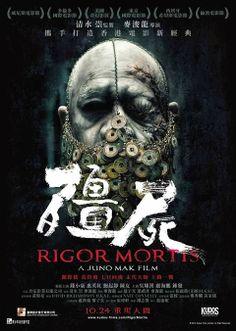 """RIGOR MORTIS Un film di tradizioni, da quella più recente del cinema orrorifico orientale - tra movimenti convulsi, figure femminili dai lunghi capelli neri e fantasmi ubiquitari - a quella ben più antica della mitologia cinese. Anche l'alternanza di momenti seri ad altri più faceti è decisamente tradizionale in Asia: non si tratta, quindi, di un film di facile fruizione, eppure… il risultato finale è meno alieno di quanto possiate pensare. RSVP: """"Mr. Vampire"""", """"Hiruko the Goblin"""". Voto: 7."""