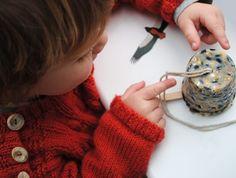 - un pot de yaourt vide   - de la grosse ficelle  - un bâtonnet de glace    Il suffit de percer un trou au fond du pot puis d'y passer la ficelle. Faire une boucle dans laquelle passer le bâtonnet, posé sur les bords du pot (le pas à pas en images ici : http://www.minieco.co.uk/lmnop-magazine/). Puis remplir d'un mélange de graines, de graisse (saindoux par exemple), de raisins... Tasser et mettre au frigo pour faire prendre, puis démouler pour suspendre dans le jardin ou sur le balcon.