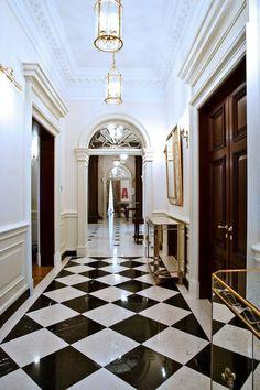 Фото интерьера коридора загородного дома в классическом стиле