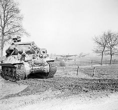 An Achilles tank destroyer on the east bank of the Rhine moves up to link with airborne forces whose abandoned gliders can be seen in the background, March 1945 M10 Wolverine, M10 Tank Destroyer, Patton Tank, La Rive, Armored Fighting Vehicle, Ww2 Tanks, World Of Tanks, Achilles, Photos Du