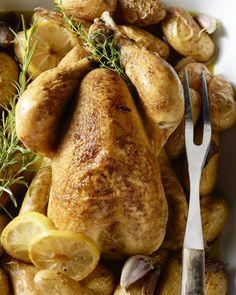 Een kip uit de oven is echt een klein feestmaal. De krieltjes garen mee, en krijgen ook smaak van de heerlijke sappen die uit de kip lopen, zalig!