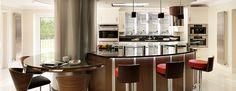 cocina moderna con isla con encimera de cristal negro