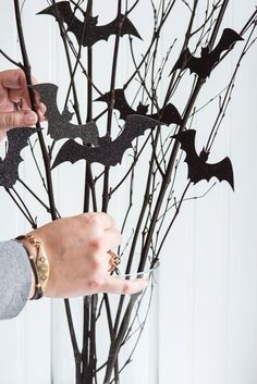 DIY Bat Branch Halloween Centerpiece DIY Halloween Deko More from my site How to Make a Hanging Branch Centerpiece for Halloween bats in the belfry: easy halloween diy The Count's Keep – Newest Bat Wing House Soirée Halloween, Creepy Halloween Decorations, Adornos Halloween, Halloween Home Decor, Holidays Halloween, Halloween Table Centerpieces, Halloween Parties, Autumn Party Decorations, Hollween Decorations