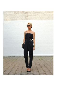 I follow a lot of street style blogs, and I couldn't help but notice the Chanel brooches making their way on several looks. Here are some of our favourite styles to inspire you with ideas to wear a Chanel brooch.
