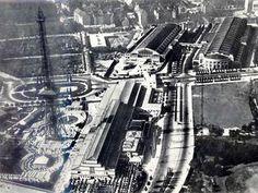 """Das Messegelände 1926: Rechts neben dem erst am 3. September eröffneten Funkturm befindet sich das zwei Jahre zuvor entstandene """"Haus der Funkindustrie"""", daneben der heutige Messedamm. Die Halle oben rechts wurde 1914 für Automobilausstellungen gebaut, durch den Ersten Weltkrieg verzögerte sich die Eröffnung bis 1921. Die Halle links daneben, auf dem Gelände des heutigen Zentralen Busbahnhofs, entstand 1924 ebenfalls für die Deutsche Automobilausstellung."""