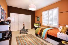 habitacion pintada de marron y naranja