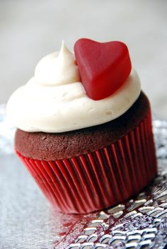 I am obsessed with Red Velvet cake stuff! So freaking good! Fun Cupcakes, Cupcake Cakes, Cup Cakes, Delicious Desserts, Yummy Food, Fun Food, Hummingbird Bakery, Red Velvet Cupcakes, Velvet Cake