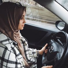 Find images and videos about beautiful, islam and hijab on We Heart It - the app to get lost in what you love. Muslim Women Fashion, Arab Fashion, Islamic Fashion, Girl Fashion, Beautiful Hijab Girl, Beautiful Muslim Women, Cosy Outfit, Casual Hijab Outfit, Alexandra Golovkova