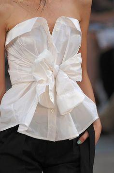 camisão branca tradicional neste look ultilizaram a manga para fazer o laço e ficou como uma blusa tomara-que-caia, ótima ideia para quem quer inovar não usando aquele estilo tradicional.