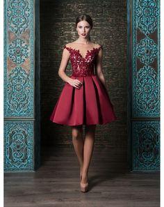 a3927784b023 Koktejlové šaty so sukňou zo saténu. Vystužený korzet je zdobený čipkou.  Večerné Šaty