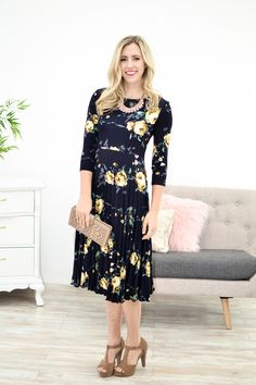 This beautiful new dress is a real stunner. The deep navy with the pops of big yellow flowers and sage green leaves is definitely going to be turning some heads. Now for the fit, its a customer favori