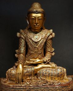 Burmese Shan royal King Buddha Statue in teak wood. 19th Century ./tcc/