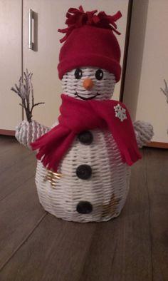 Newspaper Basket, Newspaper Crafts, Christmas Themes, Christmas Crafts, Christmas Decorations, Willow Weaving, Basket Weaving, Christmas Baskets, Christmas Stockings